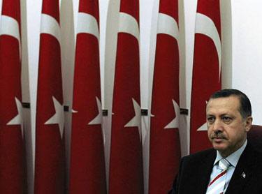 Ερντογάν, ο κουμπάρος του Καραμανλή, μας κάνει ό,τι θ�λει. Ο �λληνας πρωθυπουργός �χει επι εξάλλου να τον ξυπνήσουν όταν οι δημοσκοπήσεις δώσουν καλύτερα νούμερα στην παράταξή του...